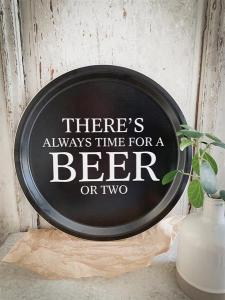Bricka: There´s always time for a beer or two - Mellow Design (rund, svart med vit text)