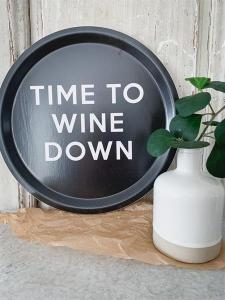 Bricka: Time to wine down - Mellow Design (rund, svart med vit text)
