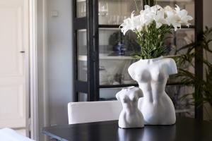 Byst vas, stor vit, Carolina Gynning