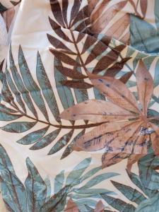 Magiskt stretchig capribyxa, Vita med blad i beige & petrol - Mix by Heart