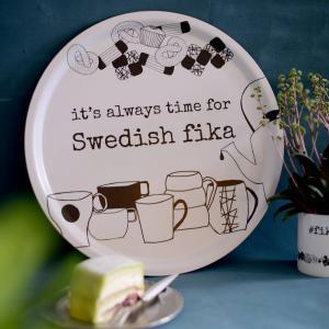 Bricka dia 38 cm, SWEDISH FIKA - Erika Tubbin