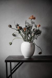 ERNST Vas i stengods, Vit matt finish (höjd 33 cm)