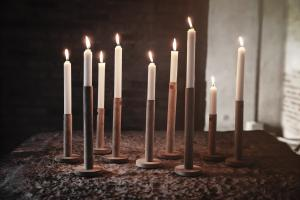 ERNST ljusstake i trä, höjd: 25 cm