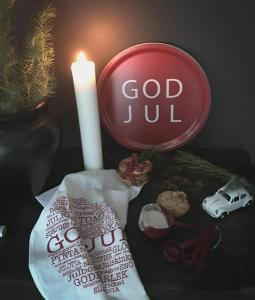 Bricka: GOD JUL (röd med vit text) - Mellow Design (rund)
