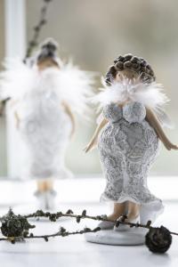 Kurvig dam med vingar, spetsklänning  & fjäderboa (Kort, lockigt hår) - Ib Laursen