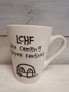 LCHF, Lite Camping Hjälper Faktiskt (husvagn) - Mugg från Lyckliga L8