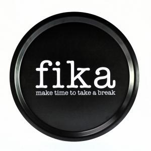 Bricka Svart: Fika - Mellow Design (rund)