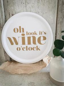Bricka: Oh look it´s wine o´clock - Mellow Design (rund, vit med guld text)