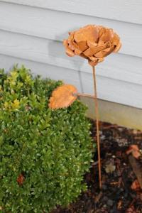 Rostig ros på stav - Trädgårdsdekoration