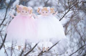 Snowflakes, Docka med änglavingar i vit tyllkjol och vit rosett i håret, Bukowski