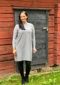 Stickad klänning med knappar bak, Grå - Mix by Heart