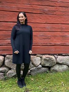 Stickad klänning med knappar bak, Svart - Mix by Heart