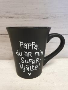Pappa du är min superhjälte (svart) - Mugg från Lyckliga L8