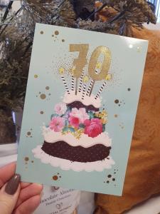 70 - Kort med guldiga siffror och en härlig tårta, Pictura
