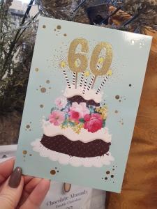 60 - Kort med guldiga siffror och en härlig tårta, Pictura