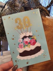 30 - Kort med guldiga siffror och en härlig tårta, Pictura