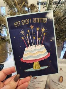 Ett stort grattis! Kort med en födelsedagstårta och detaljer i guld, Pictura