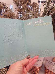 Hipp Hurra, Grönt kort med tårta och ljus, Pictura