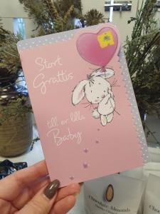 Stort Grattis till er lilla Baby, Kort med kanin som hänger i en hjärtballong, Pictura