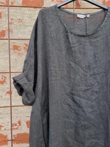 Lång linneklänning med fickor, svart- Rough & Rose