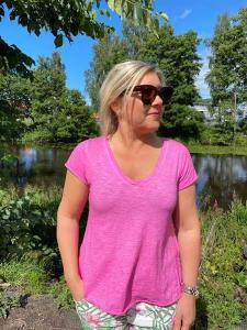 T-shirt Cerise, V-ringad - Mix by Heart
