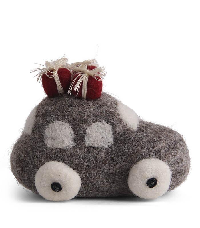 Tovad grå bil med julklappar på taket - En Gry & Sif