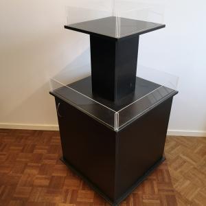 Pyramidbord i två nivåer med låda svart