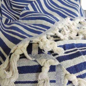 TALES är en underbar blå handvävd pläd av 50% linne och 50% bomull. Pläden är mycket dekorativ som överkast till sängen eller soffan men också fin som bordsduk eller draperi.