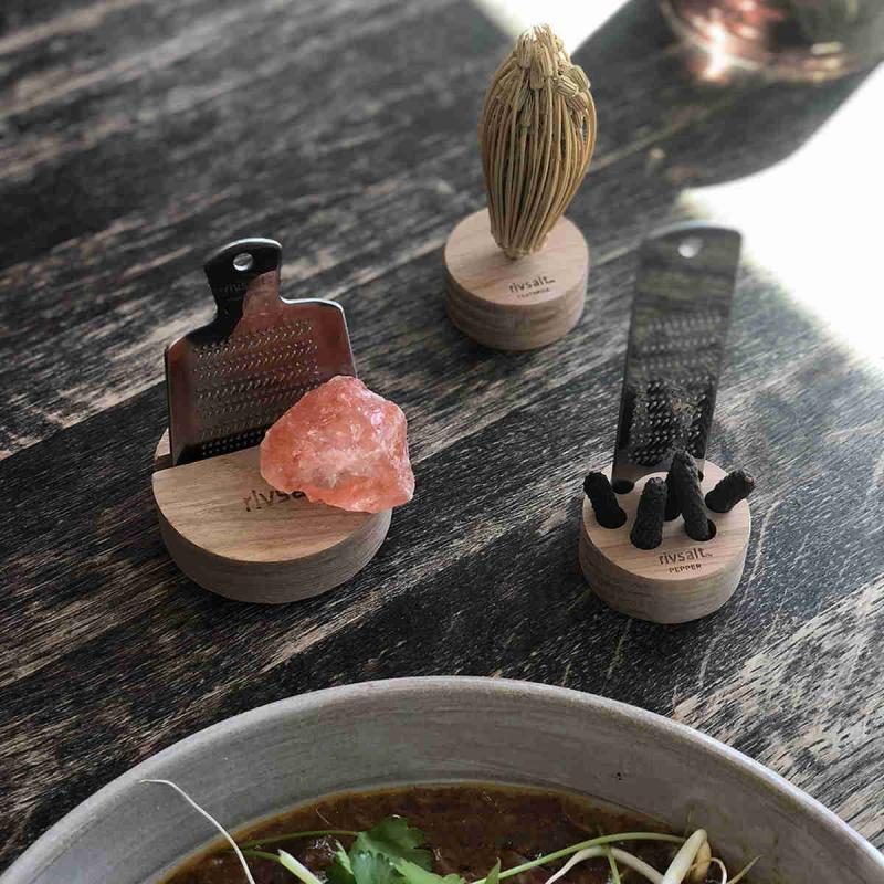 Rivsalt PEPPER, lång peppar, rivjärn och ett bordsställ av ek