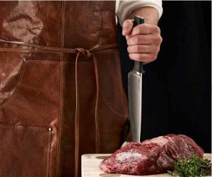 Gör ett proffsigt intryck och imponera i köket eller vid grillen med ett exklusivt skinnförkläde, läderförkläde från B AWAY av vaxad buffelläder med ficka för den kalla drycken