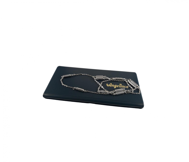 Silverfärgat halsband med 9 cylinderformade magneter.