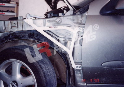 Nissan Almera 00-05 N16 /Sunny 95-99 B14 UltraRacing Skärmstag