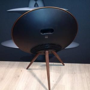 Beoplay A9 (4:e Gen) Brass Tone, ben i Smoked Oak, med Google Voice Assistant