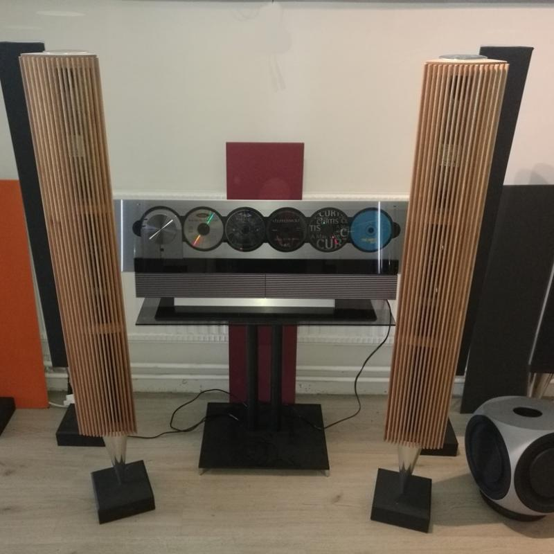 Beolab 8000 with oak fronts equal to Beolab 18