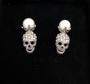 Döskalle örhängen med strass och pärla