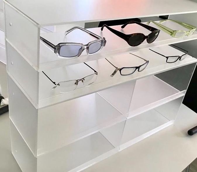 Glasögon display frostad plexi