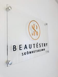 Logo i plexi med distanser monterad på vägg