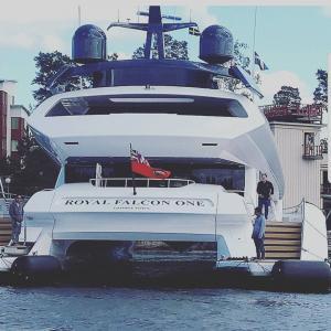 Utskurna bokstäver i vinyl på båt med montering