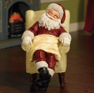Jultomten sitter i fåtölj