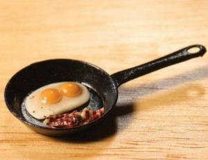 Stekt ägg och bacon i stekpanna