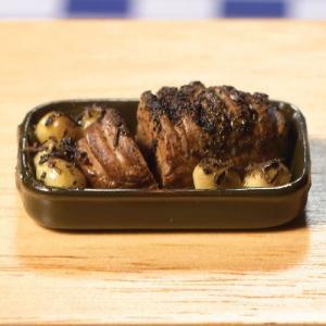 Rostbiff / stek på fat med garnityr potatis