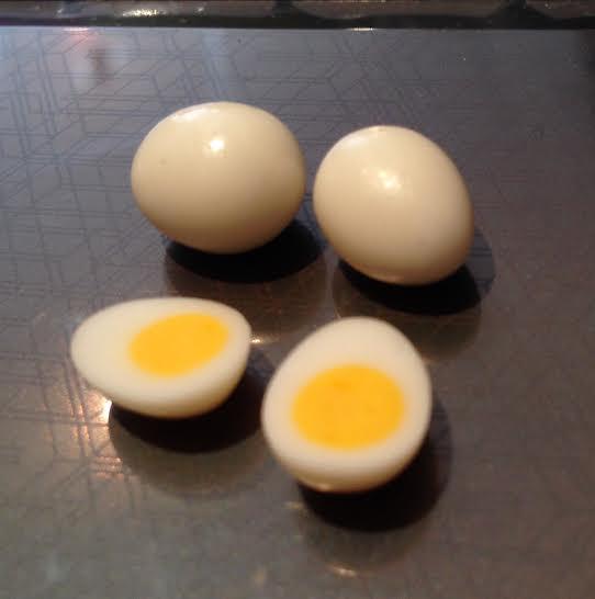 2 kokta ägg + 2 kokta ägghalvor