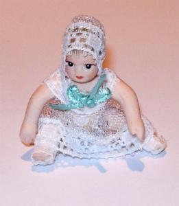Baby i blåvit spetsdress ca 5cm