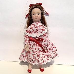 Barn flicka i vit-röd klänning
