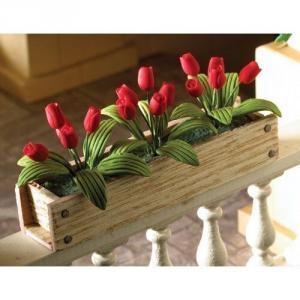 Blomlåda / balkonglåda som prunknar av vackra röda tulpaner