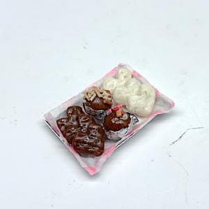 Godis chocolate on plate B