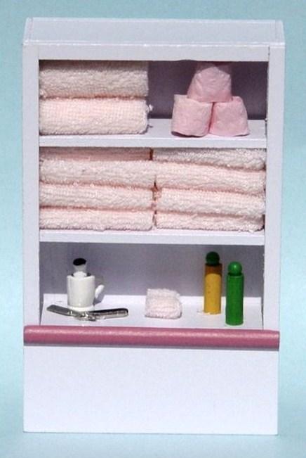 Badrumshylla hylla badrumsskåp med saker i
