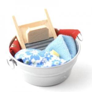 Tvättbalja med tvätt och tvättbräde