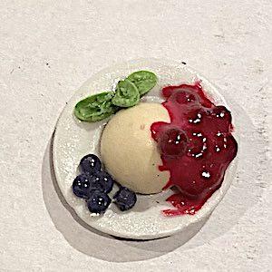 1 st dessert på fat vaniljpudding bärsås