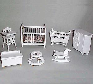 Barnrum inredning säng, vagga, skötbord, gåstol mm